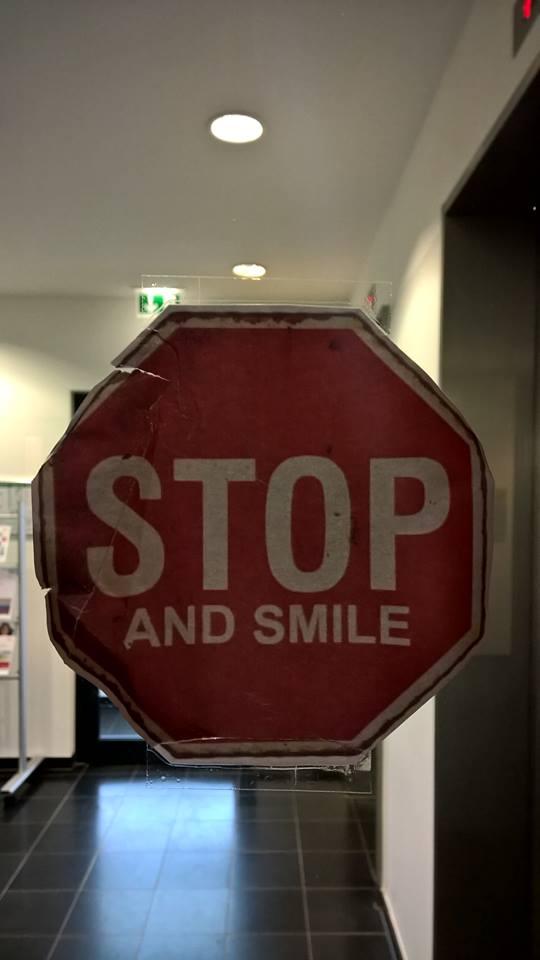 Ein Muss für jedes Büro: Türschild – Stop & Smile